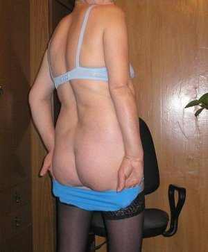 Manoly pantyhose escorts in Willowick